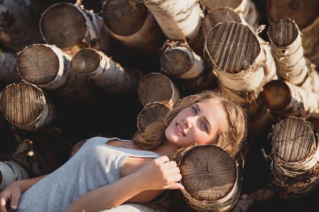 Hermosa chica rusa en el pueblo. romántico