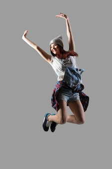 Hermosa chica saltando