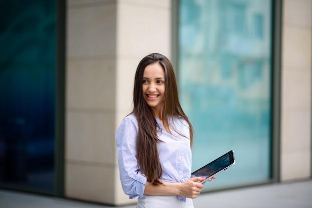 Hermosa chica sonriendo y corriendo en una tableta.