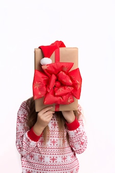 Hermosa chica sosteniendo un gran regalo en manos