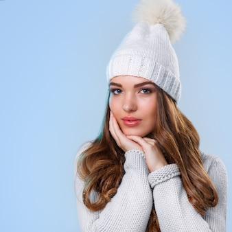 Hermosa chica en suéter blanco