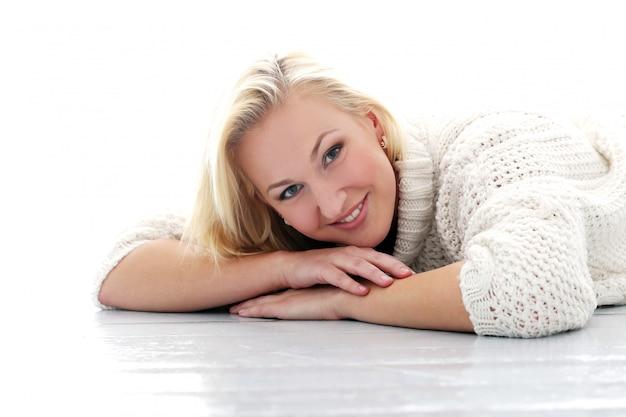 Hermosa chica con suéter tiene una sonrisa muy amplia