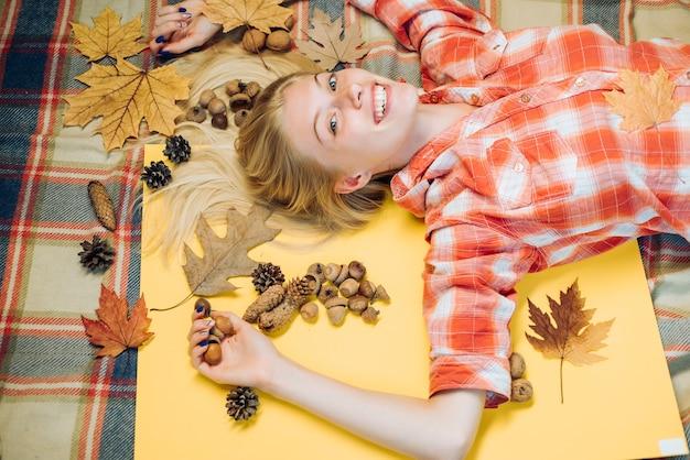 Hermosa chica con tablero de fondo para copyspace. mujer joven feliz que se prepara para el día soleado de otoño. atractiva mujer joven con ropa de temporada de moda con humor otoñal. niñas de la moda