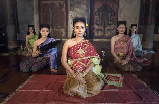 Hermosa chica tailandesa en traje tradicional tailandés