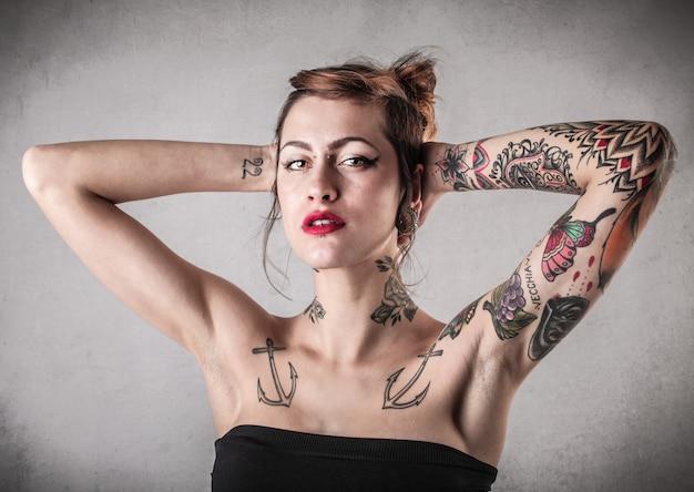 Hermosa chica tatuada