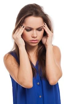 Hermosa chica tiene dolor de cabeza