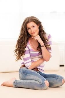 Hermosa chica tirada en el suelo