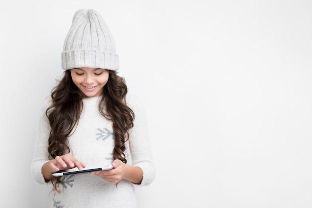 Hermosa chica tocando la pantalla de la tableta