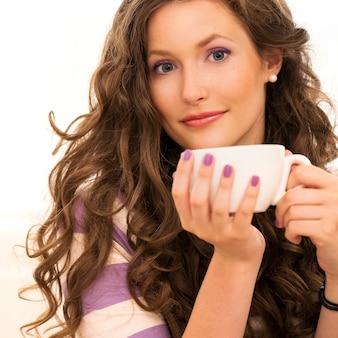 Hermosa chica tomando café