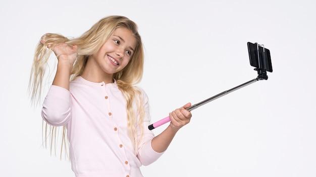 Hermosa chica tomando selfies de sí misma