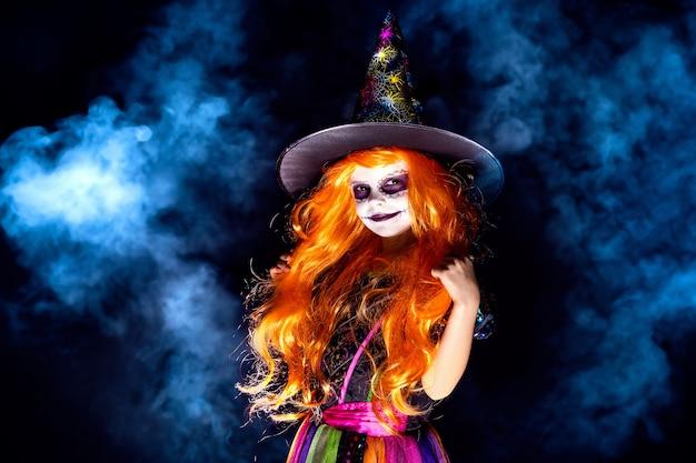 Hermosa chica en traje de bruja