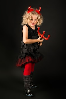 Hermosa chica en traje de demonios