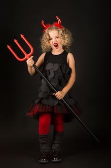 Hermosa chica en traje de diablos