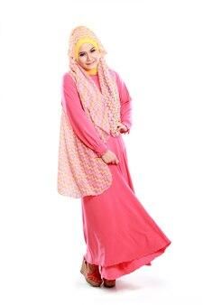 Hermosa chica con traje musulmán rosa