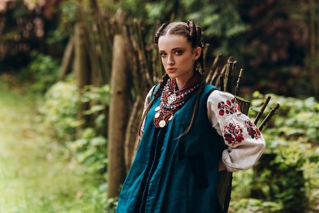 Hermosa chica en traje tradicional ucraniano