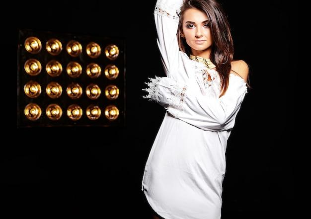 Hermosa chica en vestido blanco de verano