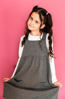 Hermosa chica con vestido y peinado de coletas