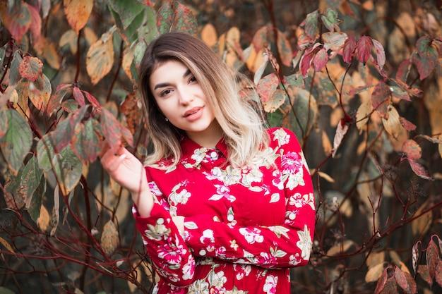 Hermosa chica en un vestido rojo posando