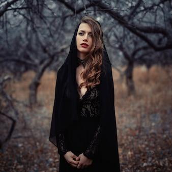 Hermosa chica en vestido vintage negro