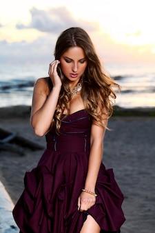 Hermosa chica en un vestido