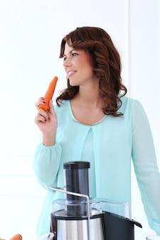 Hermosa chica con zanahoria