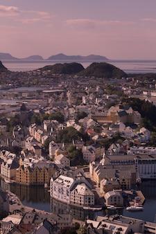 Hermosa ciudad de ålesund y su fiordo en el condado de møre og romsdal, noruega. es parte del distrito tradicional de sunnmøre y el centro de la región de ålesund.