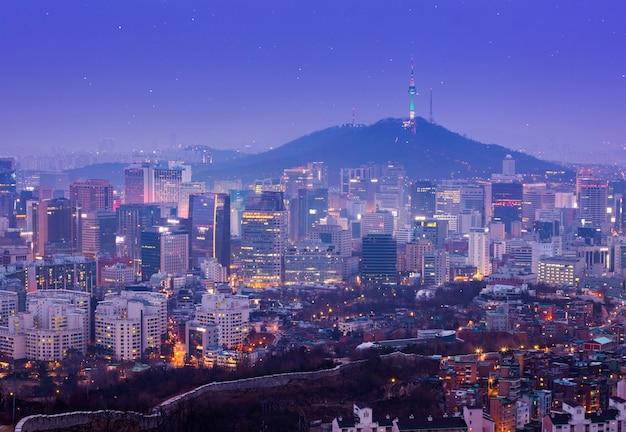 Hermosa ciudad de luces en la noche, la torre de seúl y los rascacielos de seúl, corea del sur.