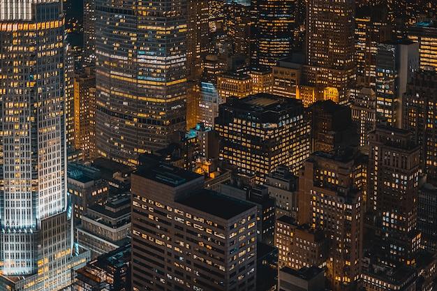 Hermosa ciudad urbana en la noche disparó desde arriba