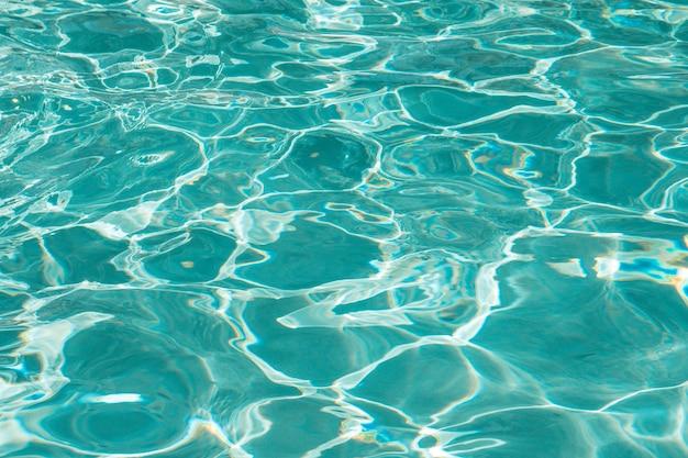 Hermosa y clara superficie del agua en una piscina