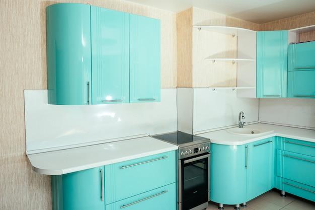 Hermosa cocina en primer plano de colores turquesa