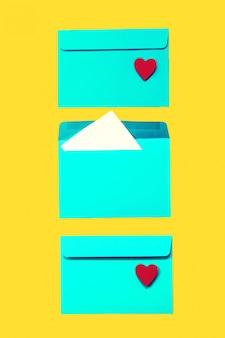 Hermosa de colores azul envuelve con los corazones rojos en amarillo backg