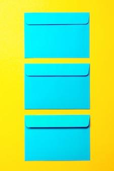 Hermosa de colores azul envuelve sobre fondo amarillo, moda s