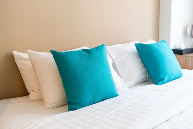 Hermosa y cómoda decoración de almohadas en la cama en el dormitorio