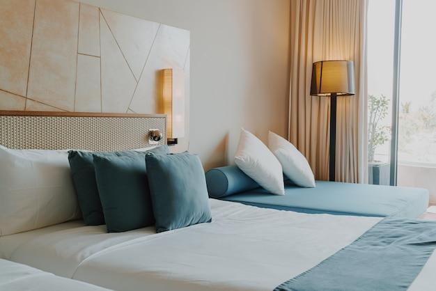 Hermosa y cómoda decoración de almohadas en el dormitorio