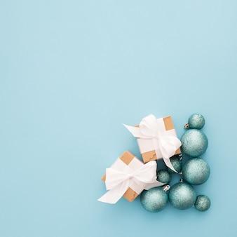 Hermosa composición con un adorno de navidad sobre un fondo azul con copyspace