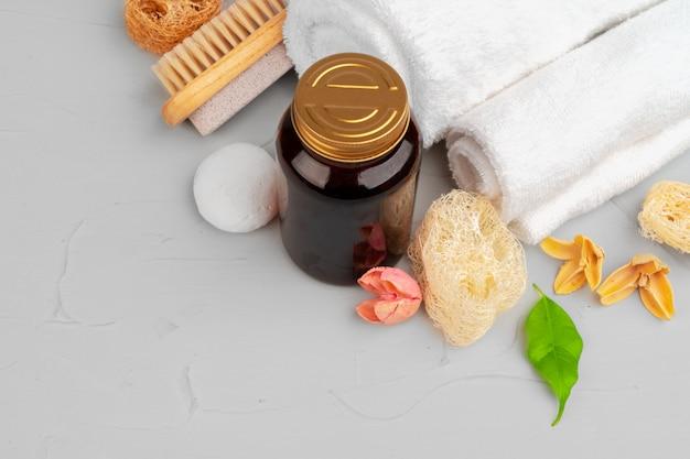 Hermosa composición con botellas de cosméticos y decoraciones de spa.