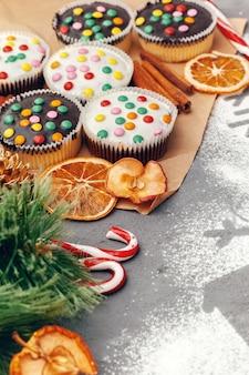 Hermosa composición de dulces navideños con decoraciones