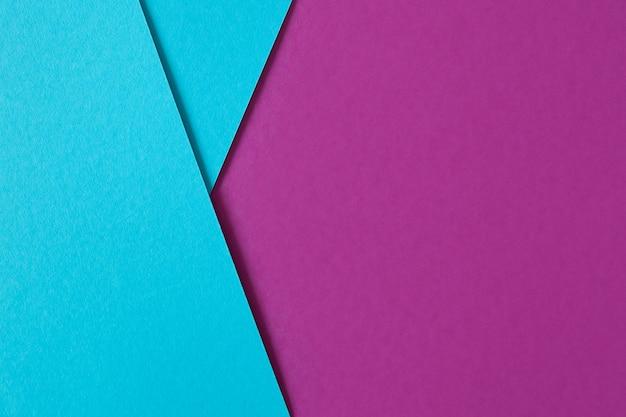 Hermosa composición geométrica con cartón azul y púrpura con copyspace