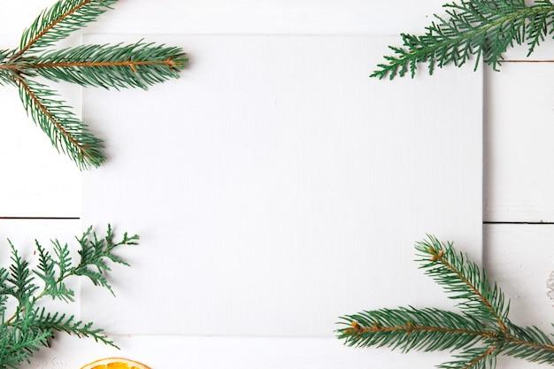 Hermosa composición de navidad sobre fondo blanco de madera