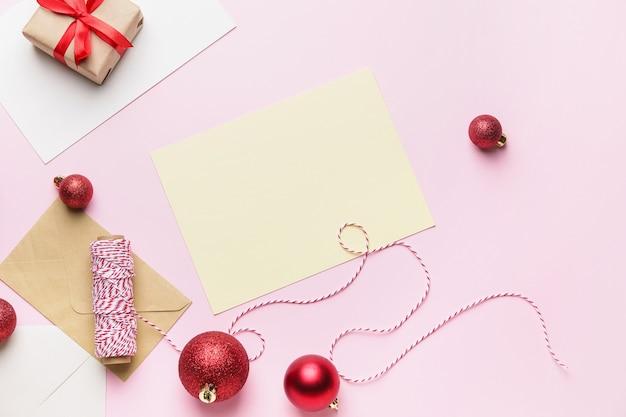 Hermosa composición navideña con tarjeta en blanco en color
