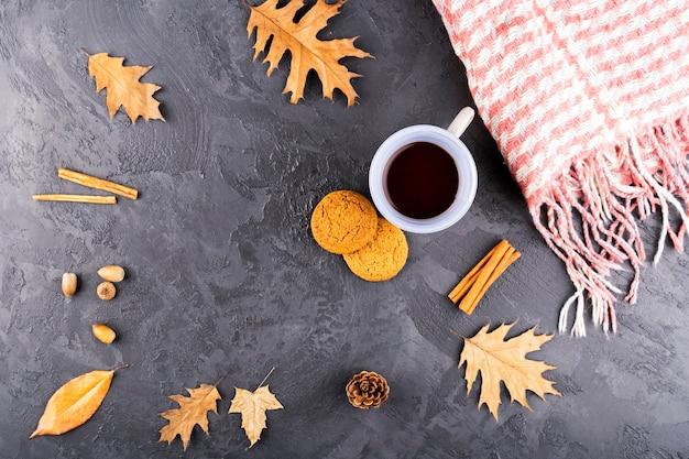 Hermosa composición otoñal con café y bufanda