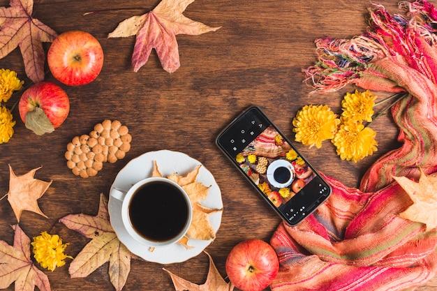 Hermosa composición de otoño con café y teléfono inteligente