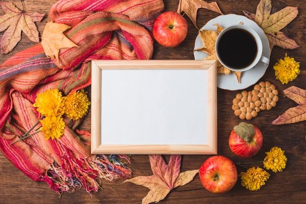 Hermosa composición de otoño con marco blanco