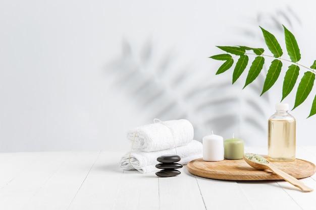 Hermosa composición de spa en camilla de masaje en centro de bienestar, copyspace Foto gratis