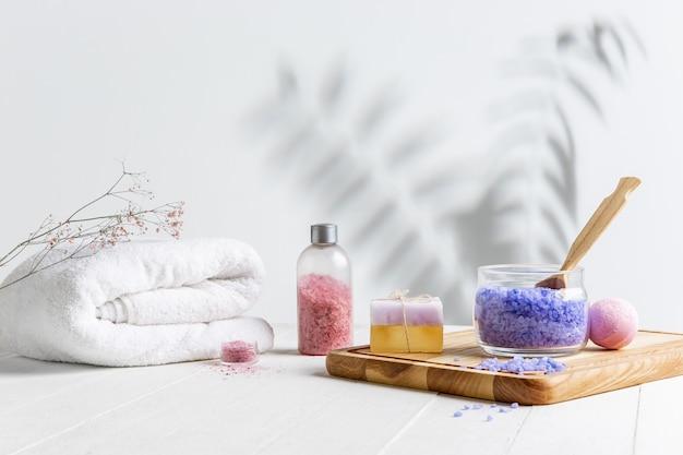 Hermosa composición de spa en camilla de masaje en centro de bienestar, copyspace