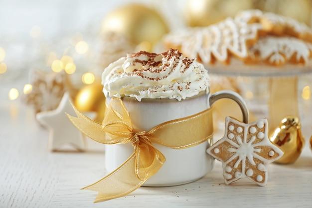 Hermosa composición con taza de capuchino y galletas navideñas