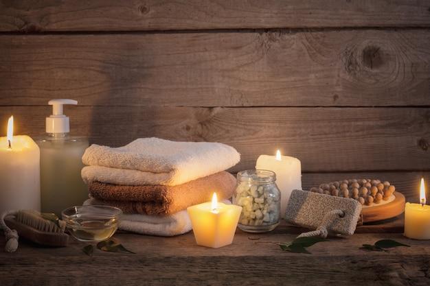 Hermosa composición de tratamiento de spa sobre fondo de madera oscura