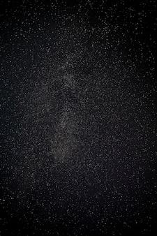 Hermosa constelación de estrellas en el cielo de fantasía