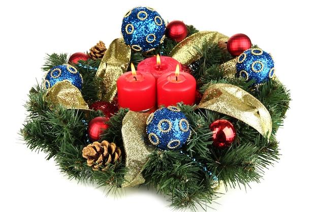 Hermosa corona de navidad aislado en blanco