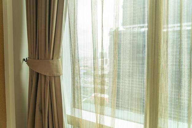 Hermosa cortina con ventana y luz solar